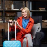 水色のスーツケースを持った女性