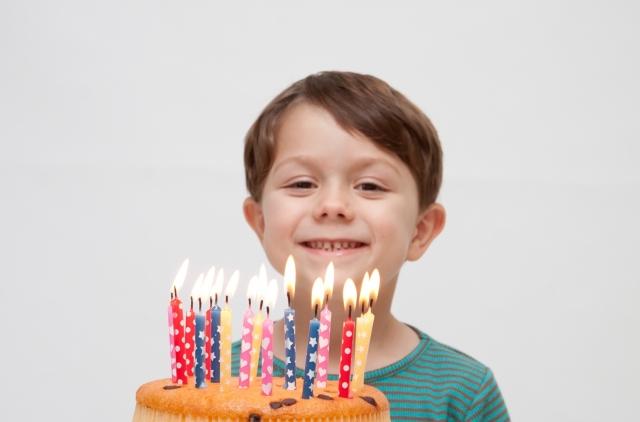 ケーキをもった笑顔の男の子
