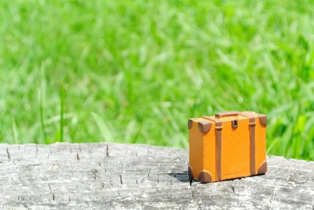ミニマムなオレンジ色のスーツケース