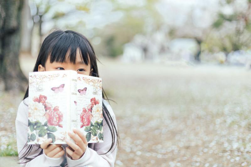 本を手にする女の子