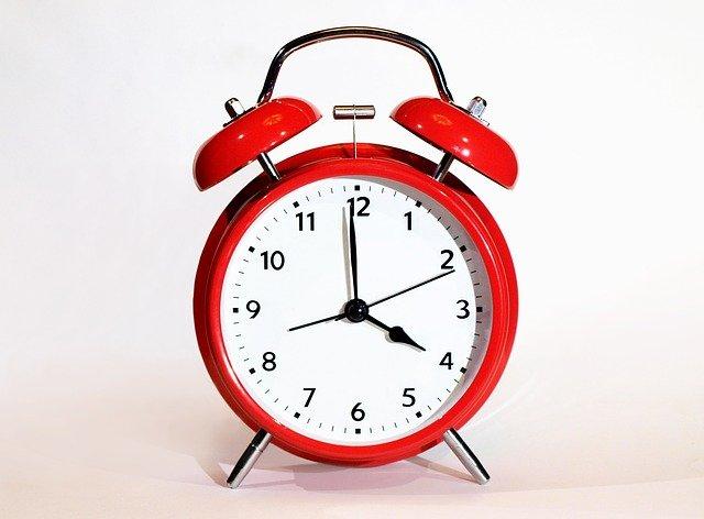 4をさす時計